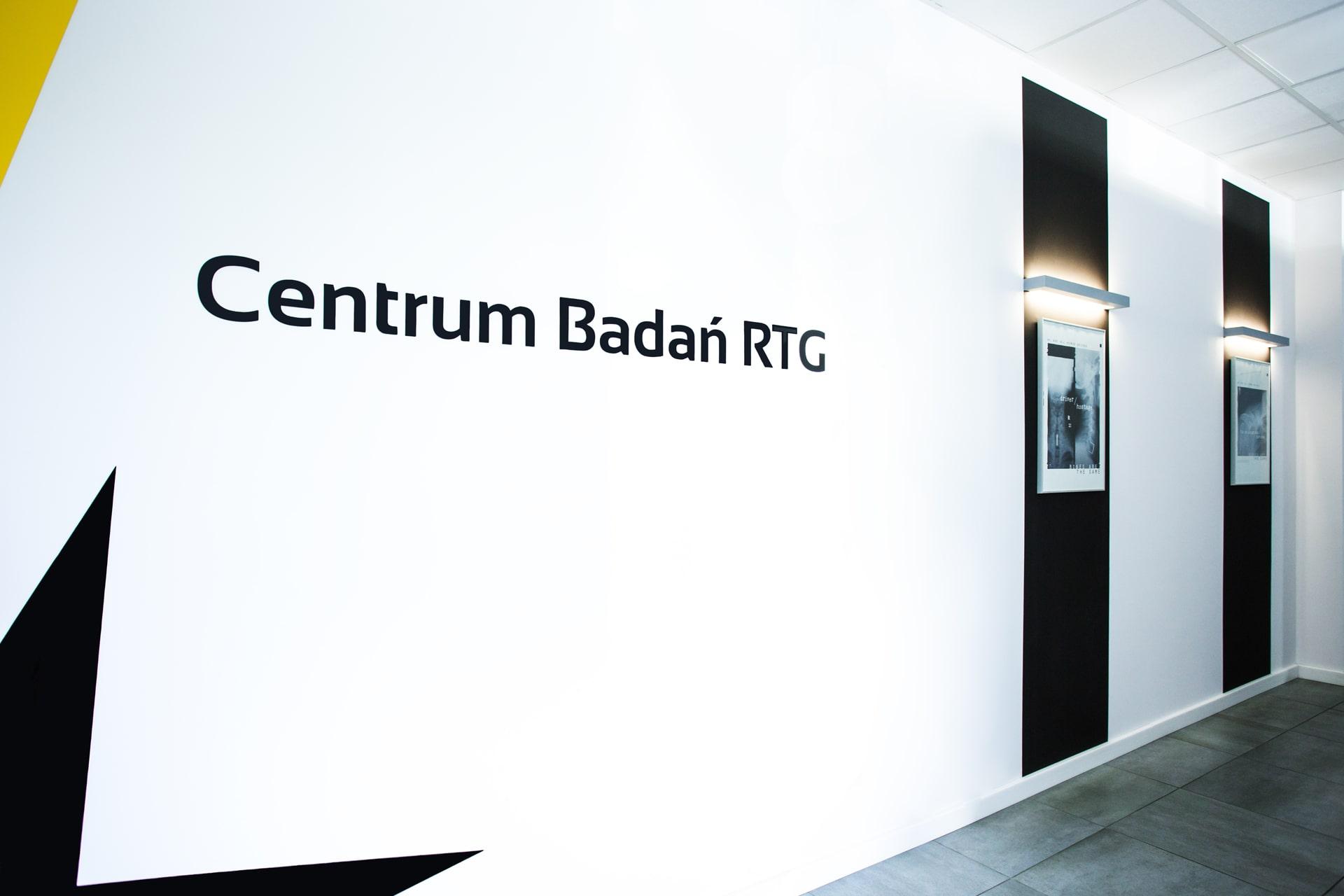 Logotyp na ścianie pracowni tomografi CBCT w Poznaniu